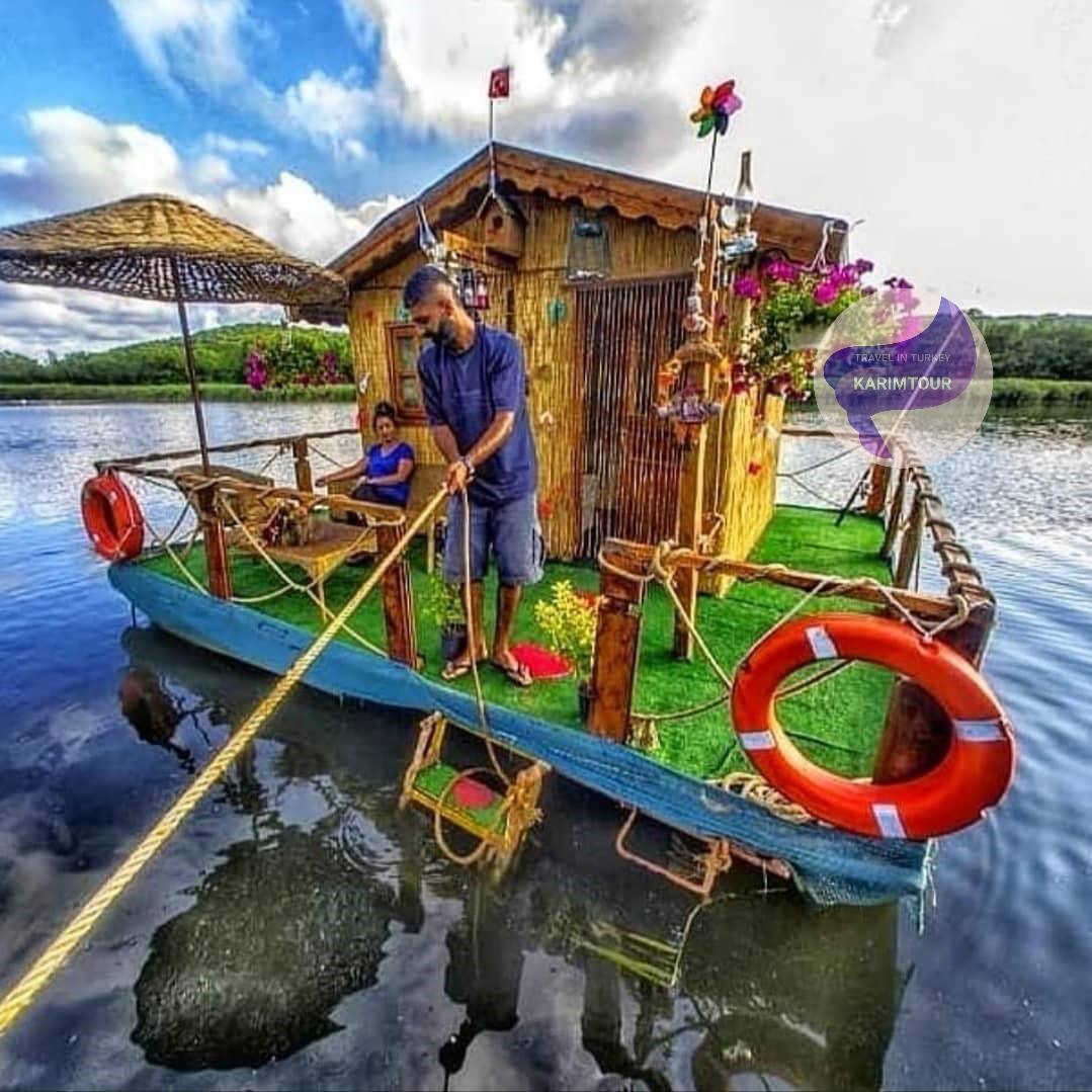الكوخ الصغيرة على القارب في بحيرة سبانجا