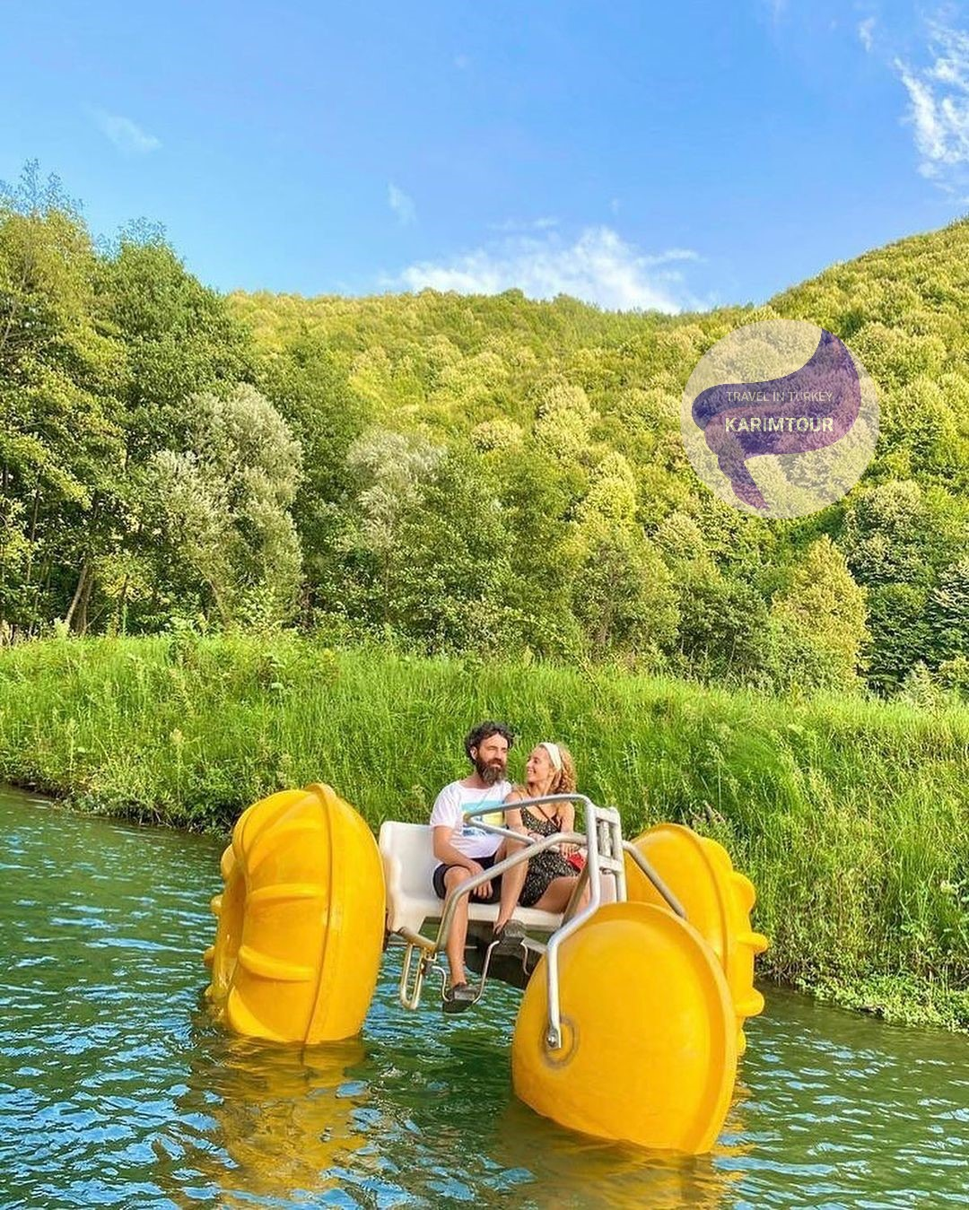 جلسة في قارب على شكل موتور في داخل البحيرة